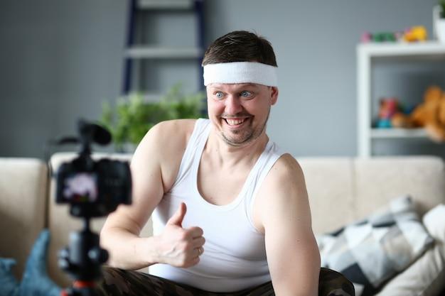 Mannelijke fitness blogger verschijnt duim