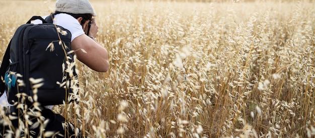 Mannelijke fotograaf maakt foto's in de gerst