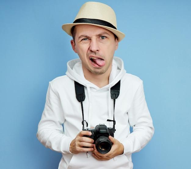 Mannelijke fotograaf met dslr-camera in zijn handen, man met verschillende emoties