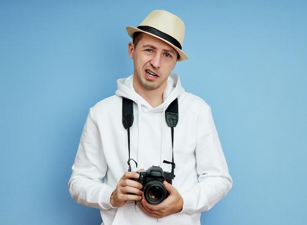 Mannelijke fotograaf met dslr-camera in zijn handen, man van verschillende emoties Premium Foto