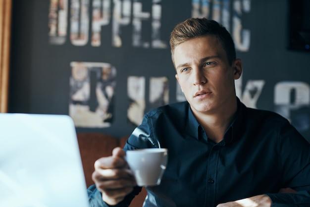 Mannelijke freelancer zakenman werken in café met een kopje koffie