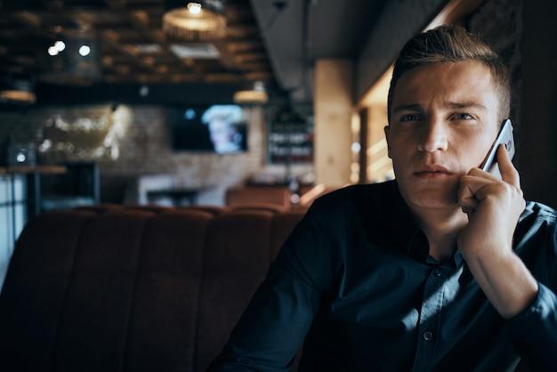 Mannelijke freelancer zakenman zakenman werken in café