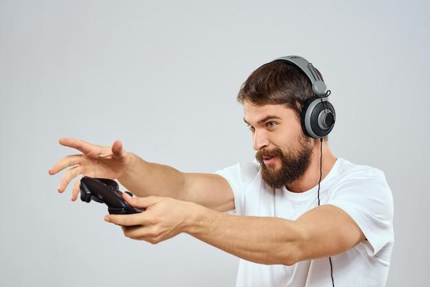 Mannelijke gamer die een console speelt
