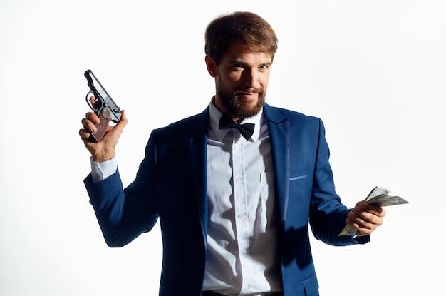 Mannelijke gangster geld in de hand studio emoties. hoge kwaliteit foto