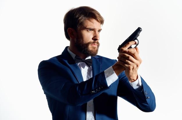 Mannelijke gangster met een pistool in de hand lichte achtergrond
