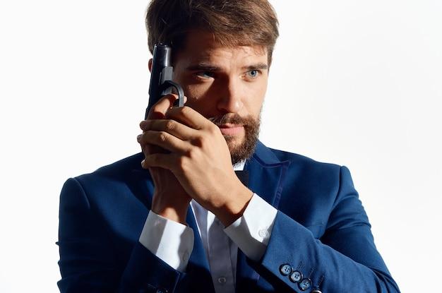 Mannelijke gangster met een pistool in de hand studio emoties. hoge kwaliteit foto