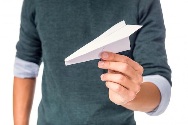 Mannelijke hand die een document vliegtuig houdt