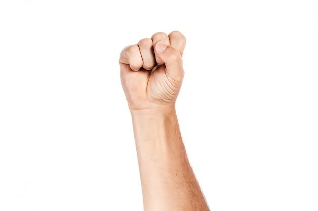 Mannelijke hand die in vuist op wit wordt dichtgeklemd
