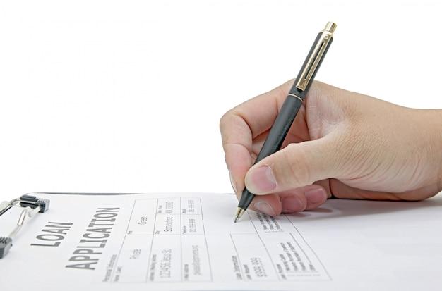Mannelijke hand die op het contract van de leningstoepassing op wit ondertekenen