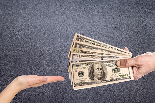 Mannelijke hand die strak sommige bankbiljetten drukt
