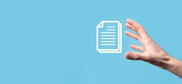 Mannelijke hand met een documentpictogram op blauwe achtergrond. document management data systeem business internet technology concept. bedrijfsgegevensbeheersysteem dms