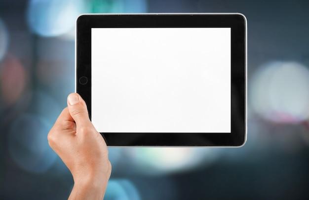 Mannelijke hand met een tablet-pc met ruimte voor je tekst geïsoleerd