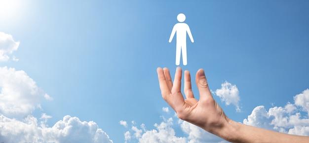 Mannelijke hand met menselijke pictogram op blauwe achtergrond. human resources hr-management werving werkgelegenheid headhunting concept.select teamleider concept. mannenhand klik op man icon.banner, kopieer spase.
