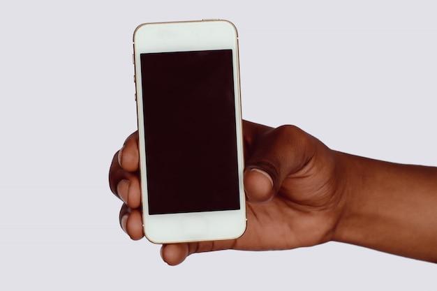 Mannelijke hand met smartphone met leeg scherm.
