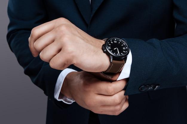 Mannelijke handclose-up. het horloge van mensen op het handclose-up.