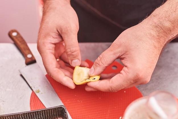 Mannelijke handen die een banaan pellen