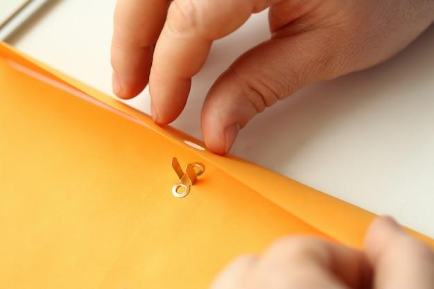 Mannelijke handen die envelop met belangrijke informatie houden