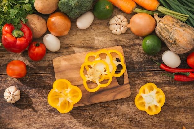 Mannelijke handen die groentensalade in keuken koken