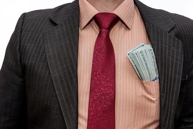 Mannelijke handen met dollarbiljetten in zak