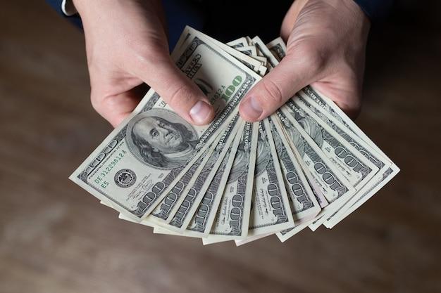Mannelijke handen met dollars close-up