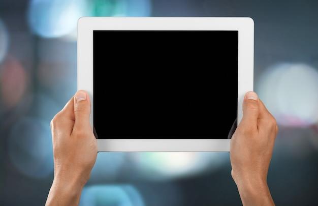 Mannelijke handen met een tablet-pc met ruimte voor je tekst geïsoleerd
