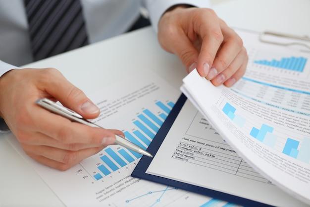 Mannelijke handen met financiële documenten