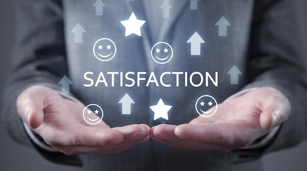 Mannelijke handen met groeiende pijlen met een smiley en sterren. tevredenheid. servicebeoordeling