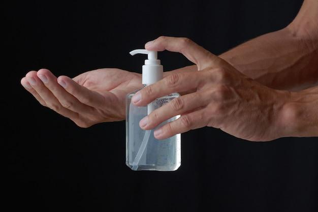 Mannelijke handen met sanitizer gel.