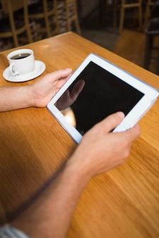Mannelijke handen met tablet