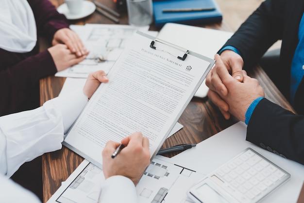 Mannelijke handen ondertekenen document man en vrouw deal maken.