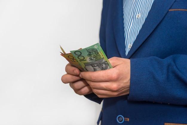 Mannelijke handen tellen australische dollar biljetten, macro