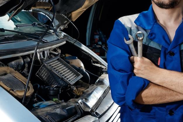 Mannelijke handenclose-up met moersleutels
