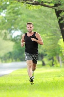 Mannelijke hardloper van volledige lengte die voor marathon traint