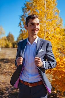 Mannelijke herfst mode. knappe man grijs pak en accessoires buitenshuis dragen.