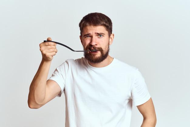 Mannelijke huiskok met een stok in zijn handen