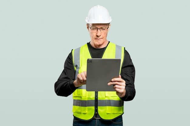 Mannelijke ingenieur die aan een tablet werkt