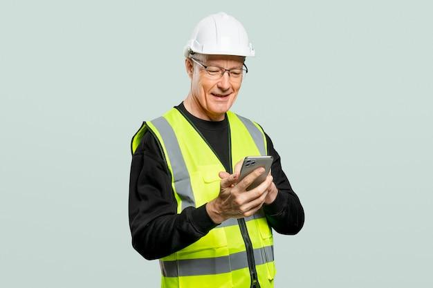 Mannelijke ingenieur die aan een telefoon werkt