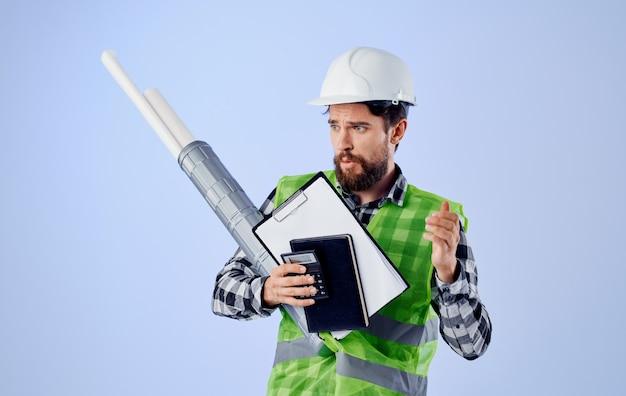 Mannelijke ingenieur veiligheidstekeningen bouwwerkzaamheden witte harde hoed