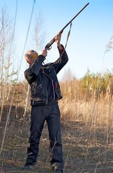 Mannelijke jager die de jacht richt tijdens een jachtpartij
