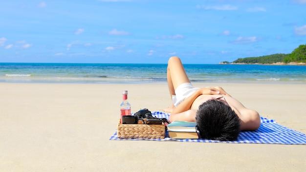 Mannelijke jongeren zonder shirt brengen hun vakantie buitenshuis door op het strand aan zee om te zonnebaden