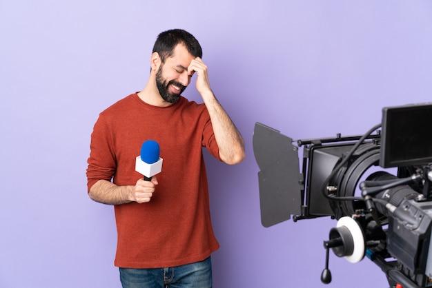 Mannelijke journalist of verslaggever met microfoon en videocamera
