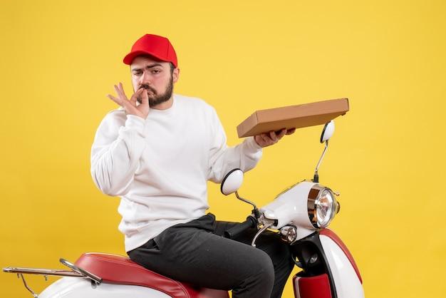 Mannelijke koerier die bezorgmaaltijden op geel houdt