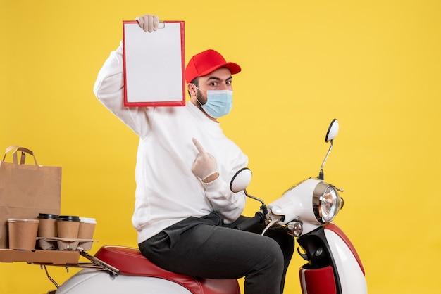 Mannelijke koerier in masker met bestandsnotitie op geel