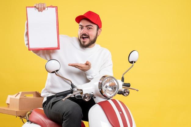 Mannelijke koerier op fiets met dossiernota op geel