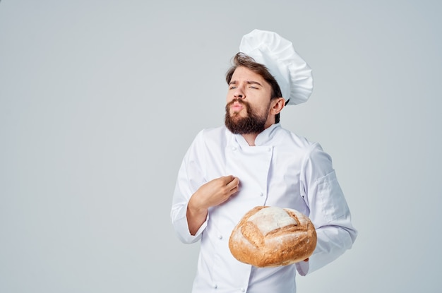 Mannelijke kok keuken job bakkerijproducten geïsoleerde achtergrond. hoge kwaliteit foto