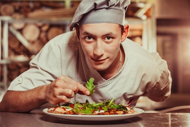 Mannelijke koks die heerlijk voorgerecht voorbereiden. eten en drinken concept