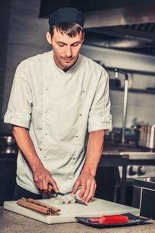Mannelijke koks die sushi voorbereiden. eten en drinken concept