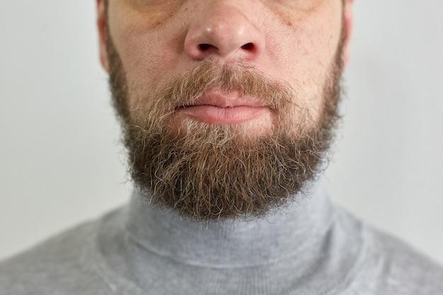 Mannelijke korte baard, portret van een man van middelbare leeftijd, mannelijke lippen en neus.