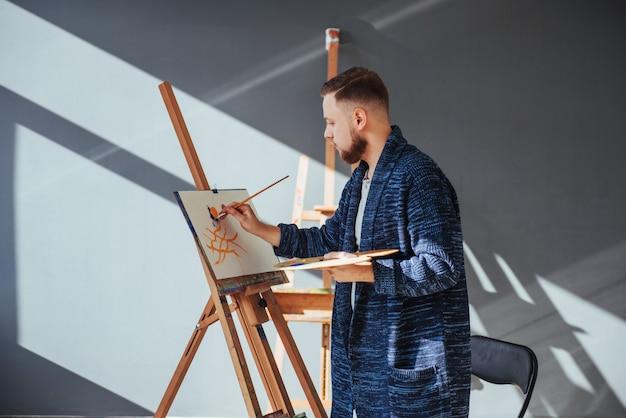 Mannelijke kunstenaar in galerij