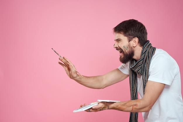 Mannelijke kunstenaar penseel schildert kunst hobby levensstijl roze